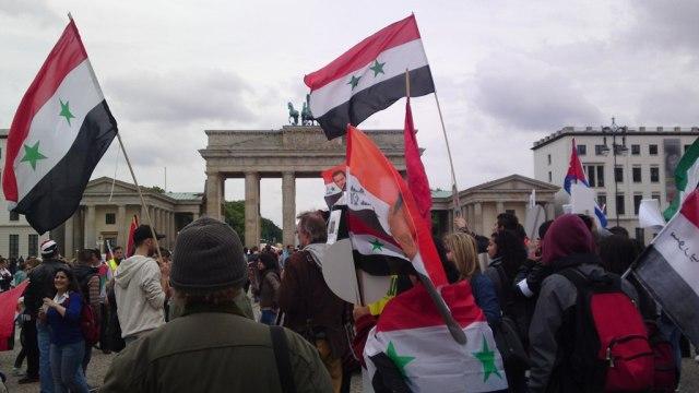 Syrische Fahne vor Brandenburger Tor